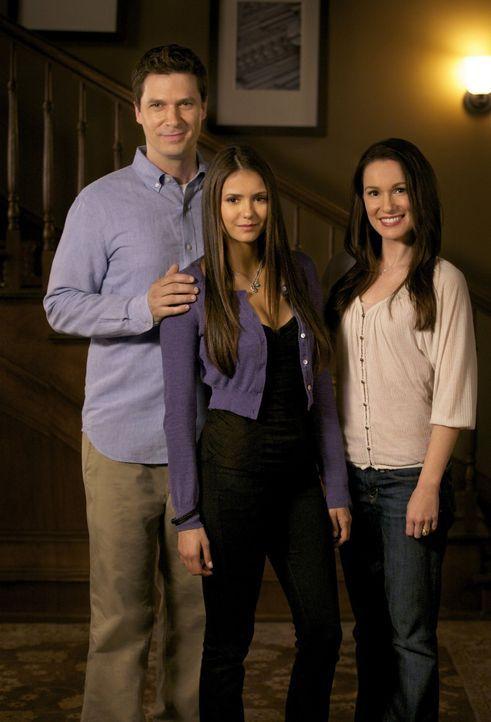 Ein Bild aus vergangenen Tagen: Elena (Nina Dobrev, M.) zusammen mit ihren Eltern Grayson (Jason MacDonald, l.) und Miranda (Erin Beute, r.) ... - Bildquelle: Warner Brothers