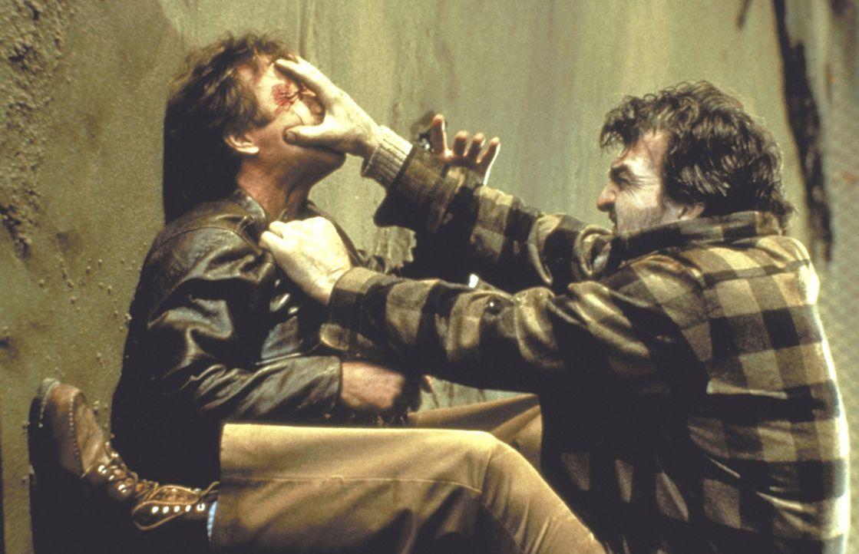 Es gibt nur einen, der den wahnsinnigen Frauenmörder Simon Moon (Jack O'Halloran, r.) wieder einfangen kann: O?Brien (Chuck Norris, l.). - Bildquelle: Cannon Films