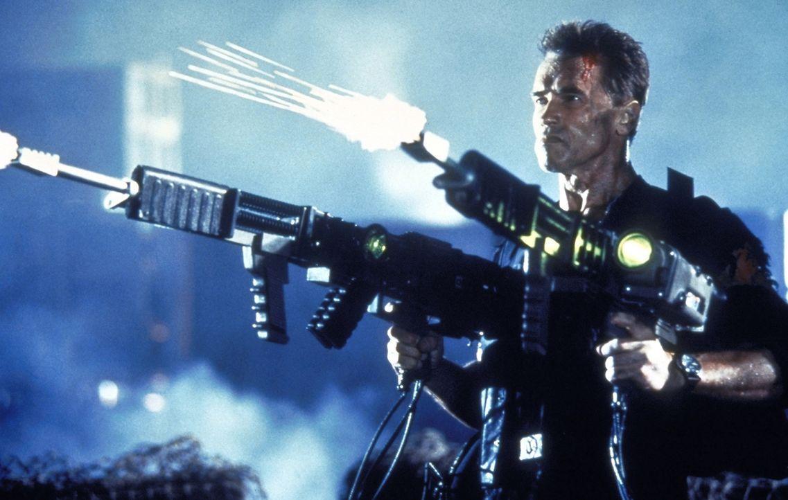 Der Federal Marshall des US-Zeugenschutzprogramms, John (Arnold Schwarzenegger), erledigt die Verbrecher mittels Rail Guns in Windeseile ... - Bildquelle: Warner Brothers International Television Distribution Inc.