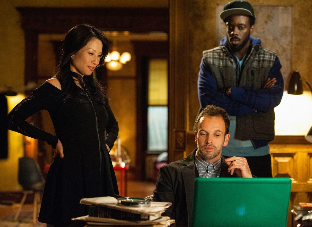 Bei den Ermittlungen in einem neuen Fall, stoßen Sherlock Holmes (Jonny Lee Miller, M.) und Joan Watson (Lucy Liu, l.) auf Alfredo Llamosa (Ato Ess... - Bildquelle: CBS Television