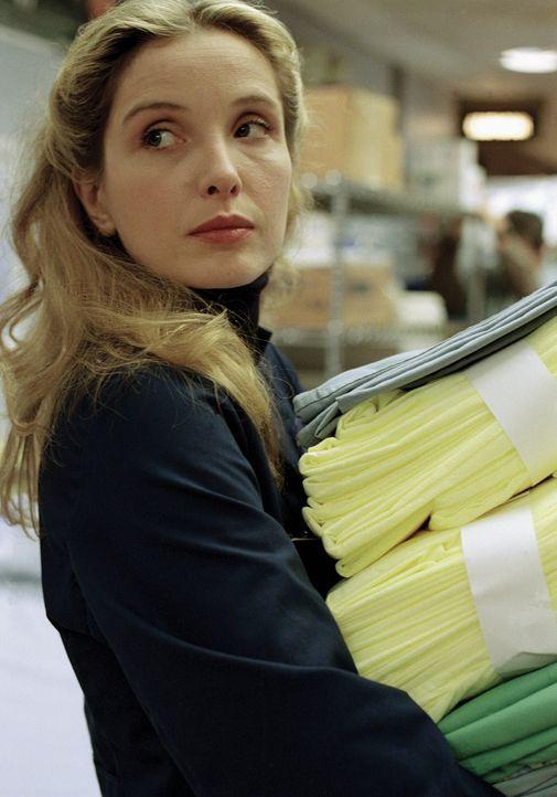 Nicole (Julie Delpy) hat einen Job im Zentrallager des General County bekommen. - Bildquelle: TM+  WARNER BROS.