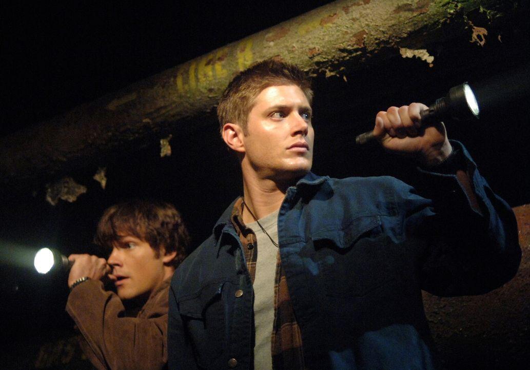 Sam (Jared Padalecki, l.) und Dean (Jensen Ackles, r.) finden heraus, dass ein Formwandler, welcher das Aussehen von Anderen annehmen kann, die Mens... - Bildquelle: Warner Bros. Television