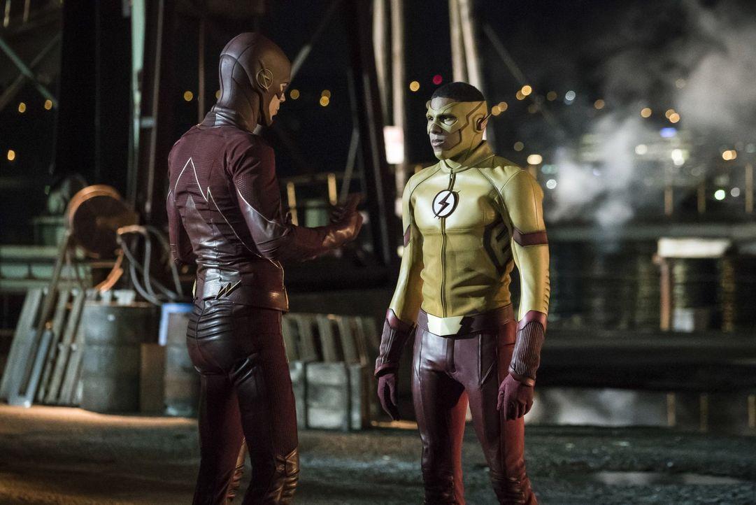 Barry ist mehr als erstaunt, als er erkennt, wer der neue Flash in Central City ist, aber können Barry alias The Flash (Grant Gustin, l.) und Kid Fl... - Bildquelle: 2016 Warner Bros.