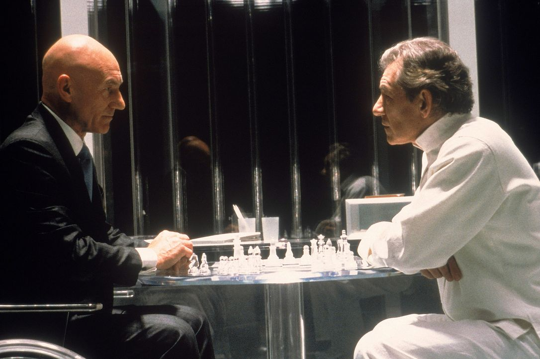 Nicht nur beim Schachspiel unversöhnliche Gegner: Professor Charles Francis Xavier (Patrick Stewart, l.) und der verbitterte Mutant Erik Magnus Lehn... - Bildquelle: 2000 Twentieth Century Fox Film Corporation. All rights reserved.