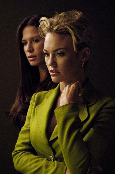 Kit (Rhona Mitra, l.) glaubt, dass Kimber (Kelly Carlson, r.) von Christians Taten gewusst habe und lässt sie deshalb auch verhaften ... - Bildquelle: TM and   2005 Warner Bros. Entertainment Inc. All Rights Reserved.