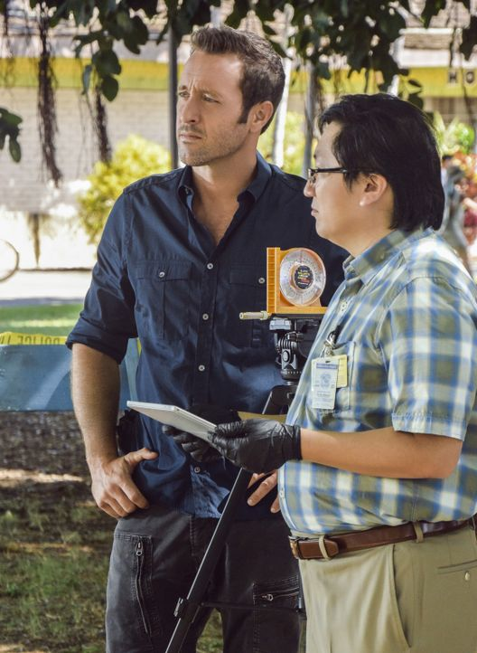 Müssen einen Mordfall aufdecken: Steve (Alex O'Loughlin, l.) und Max (Masi Oka, r.) ... - Bildquelle: Norman Shapiro 2016 CBS Broadcasting, Inc. All Rights Reserved