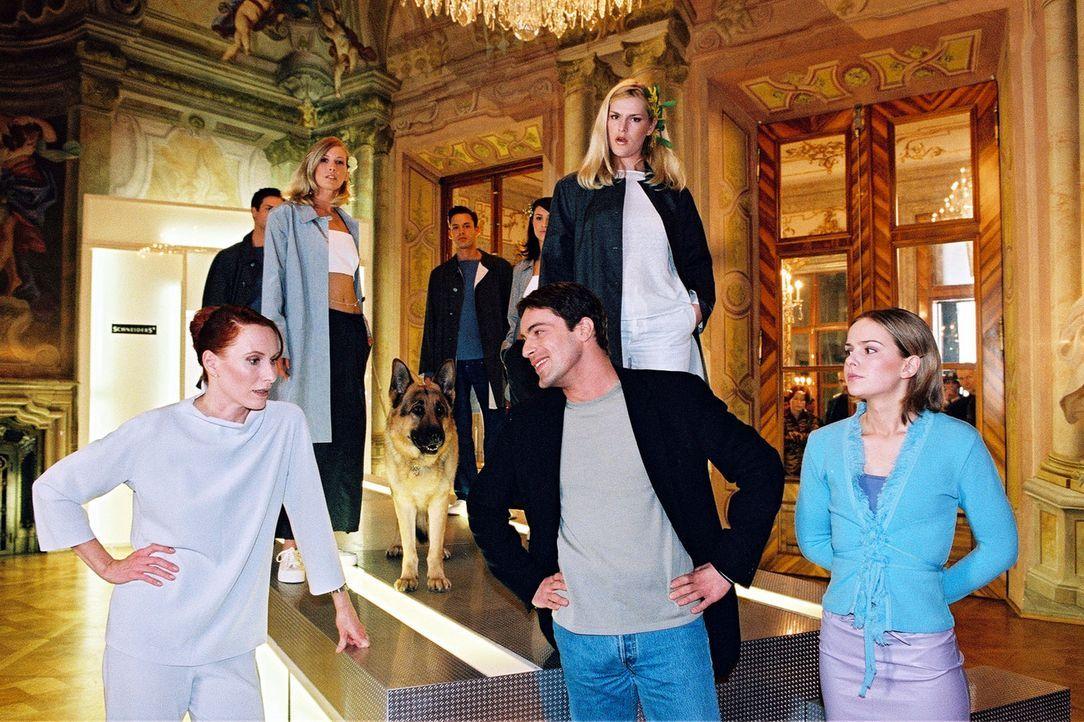 Kommissar Brandtner (Gedeon Burkhard, M.) besucht die exaltierte Modeschöpferin Selma Melle-Schneiders (Andrea Sawatzki, l.) und ihre Tochter Katha... - Bildquelle: Sat.1