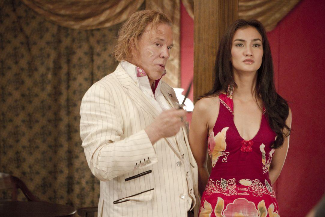 Gerät in die Hände des eiskalten Kunsthändlers und Killers Malik (Mickey Rourke, l.): Prinzessin Sultana (Atiqah Hasiholan, r.) ... - Bildquelle: erland 2012 - JAVA HEAT