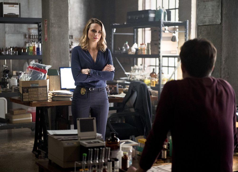 Das Verhältnis zwischen Patty (Shantel VanSanten, l.) und Barry (Grant Gustin, r.) ist mehr als angespannt, nachdem sie ihm eröffnet hat, dass sie C... - Bildquelle: 2015 Warner Brothers.