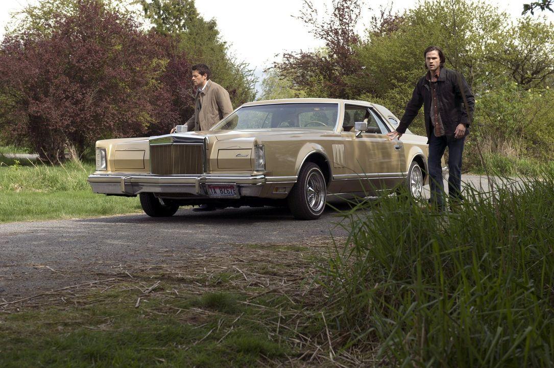 Castiel (Misha Collins, l.) und Sam (Jared Padalecki, r.) müssen alleine klarkommen, solange sie nicht abschätzen können, wie schlimm es um Dean ste... - Bildquelle: 2013 Warner Brothers