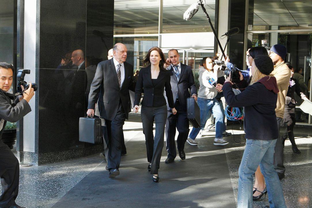 Nach zehn Jahren Haft findet Veronica Day (Mariana Klaveno, M.) einen Anwalt (H. Richard Greene, 2.v.l.), der für sie in Berufung geht und bekommt s... - Bildquelle: ABC Studios