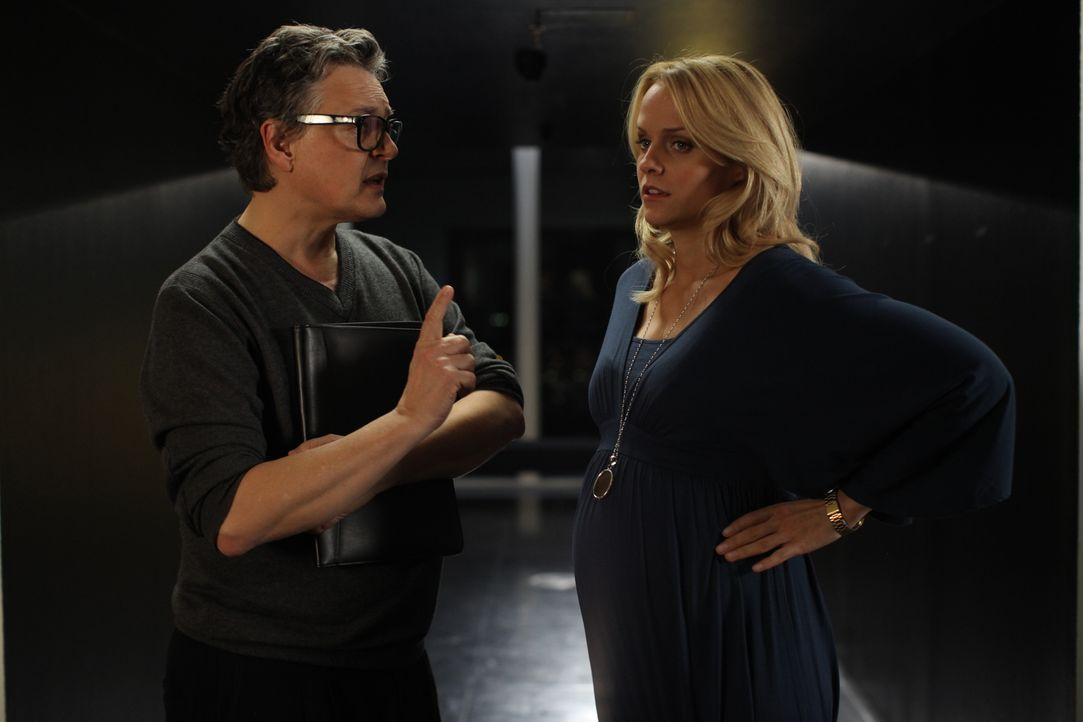 Macht Steffi (Mirjam Weichselbraun, r.) das Angebot, als Schwangeren-Model zu arbeiten: Christoph (Rolf Scheider, l.). Was Tommi überhaupt nicht gef... - Bildquelle: Petro Domenigg SAT.1