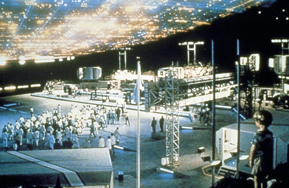 Mit Hilfe eines Ton-Licht-Codes gelingt die Verständigung zwischen Erdbewohnern und Außerirdischen, und plötzlich gibt das Raumschiff den kleinen... - Bildquelle: Columbia Pictures