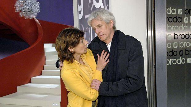 Steffi (Karin Kienzer, l.) stützt Robert (Mathieu Carrière, r.), als er nach...