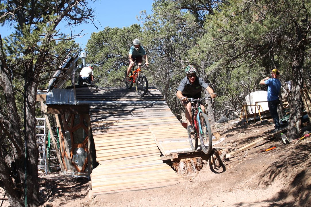 Der begeisterte Mountainbiker Steve Novy (2.v.r.) und eine Gruppe von mutigen Mountainbikern nehmen es mit dem rauen Terrain der Rocky Mountains auf... - Bildquelle: 2016,DIY Network/Scripps Networks, LLC. All Rights Reserved.