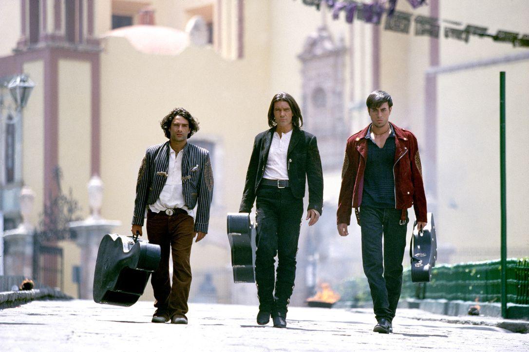 Mit ihren Gitarrenkoffern ziehen Fideo (Marco Leonardi, l.), El Mariachi (Antonio Banderas, M.) und Lorenzo (Enrique Iglesias, r.) in den Kampf ... - Bildquelle: Columbia Pictures Corporation