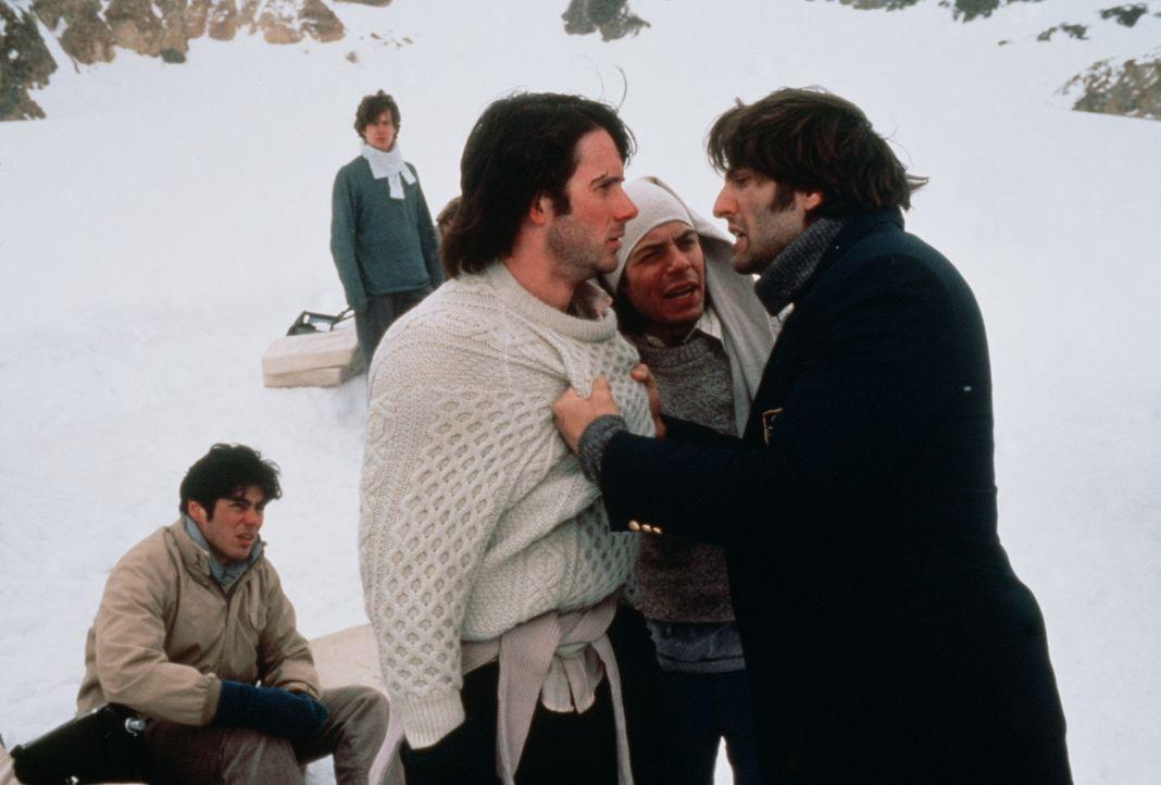 Die Nerven liegen blank: Carlitos (Bruce Ramsay, M.) versucht vergeblich, den Streit zwischen Roberto (Josh Hamilton, l.) und Antonio (Vincent Spano... - Bildquelle: Buena Vista Pictures