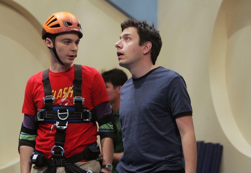 Um an einen bestimmten Computer für seine Forschung zu kommen, möchte sich Sheldon (Jim Parsons, l.) mit Barry Kripke (Jon Ross Bowie, r.) anfreun... - Bildquelle: Warner Bros. Television