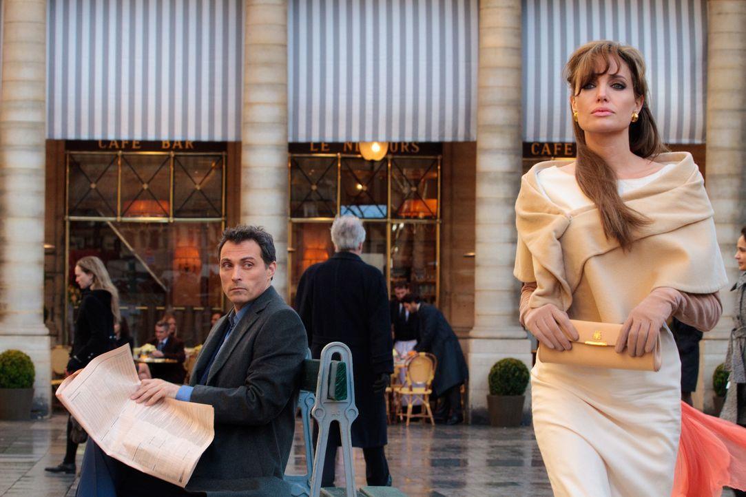 Selbst Elise (Angelina Jolie, r.) weiß nicht, ob The Englishman (Rufus Sewell, l.) nur ein Handlanger oder der wahre Alexander Pearce ist ... - Bildquelle: CPT Holdings, Inc.  All Rights Reserved.