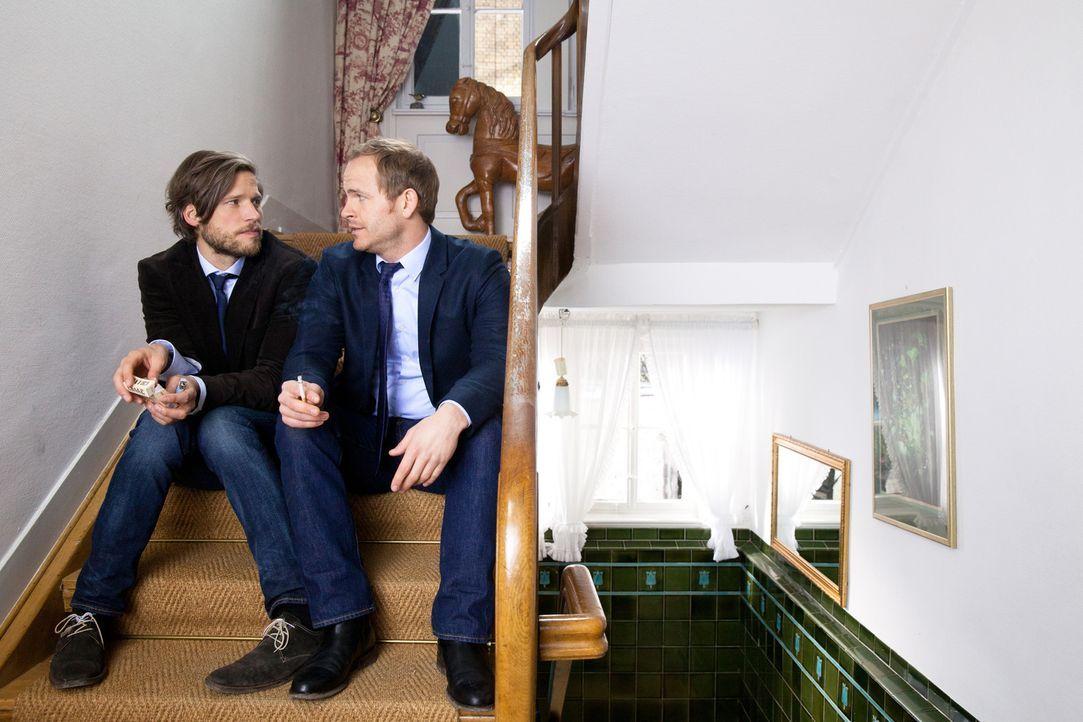 Erst in Svens (Sebastian Ströbel, l.) Körper erfährt Katharina, welch große Gefühle David (Marc Ben Puch, r.) für sie hat ... - Bildquelle: Maor Waisburd SAT.1
