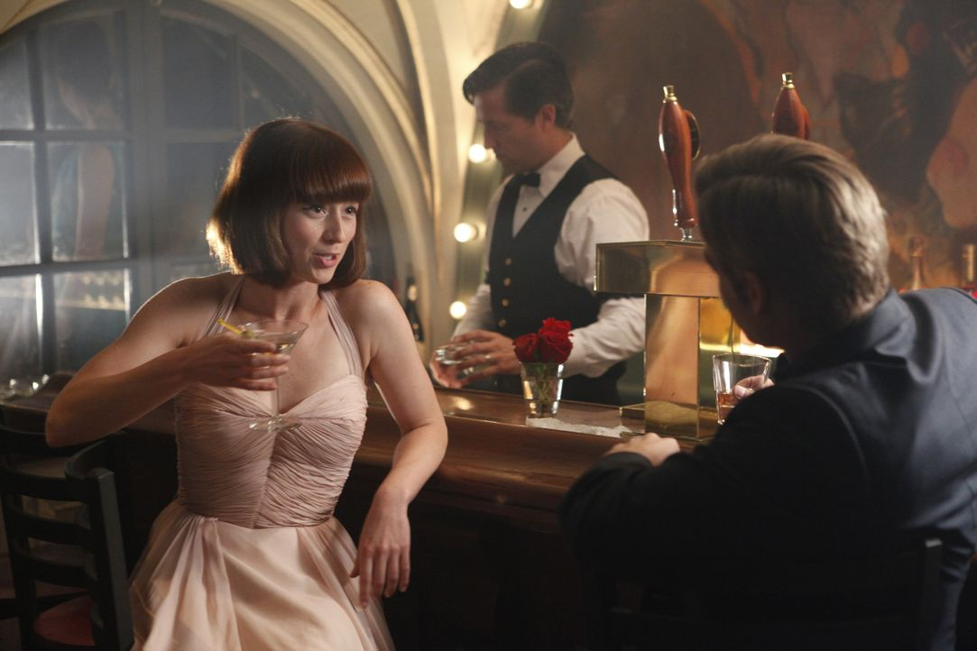 Nur dank Colette (Karine Vanasse, l.) hat Dean (Mike Vogel, r.) überhaupt die Chance, in Paris nach Informationen über seine Fast-Verlobte Bridget... - Bildquelle: 2011 Sony Pictures Television Inc.  All Rights Reserved.
