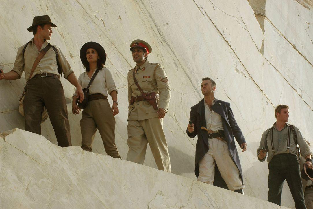 Tutanchamun selbst weist ihnen einen Weg durch die Hölle: (v.l.n.r.) Danny Freemont (Casper Van Dien), Dr. Azelia Barakat (Leonor Varela), Yunan He... - Bildquelle: 2006 RHI Entertainment Distribution, LLC