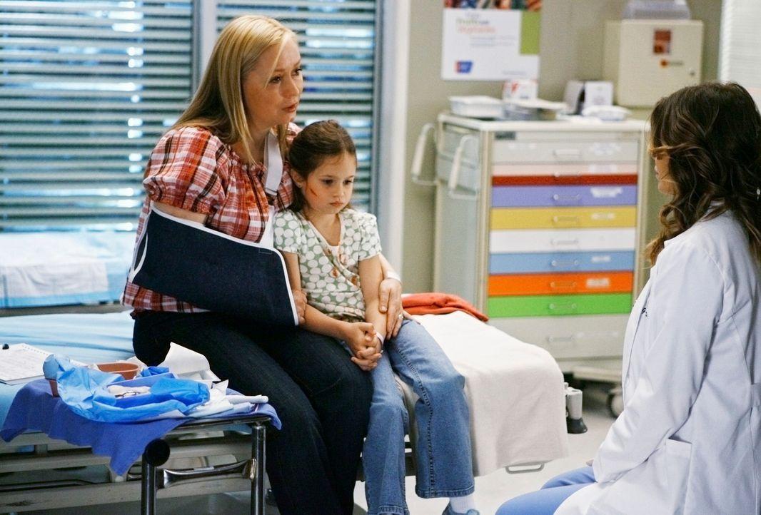 Meredith (Ellen Pompeo, r.) wird einem Fall zugeteilt, bei dem ein Mädchen 17 Mal auf seinen Vater geschossen hat. Es stellt sich heraus, dass der... - Bildquelle: Touchstone Television