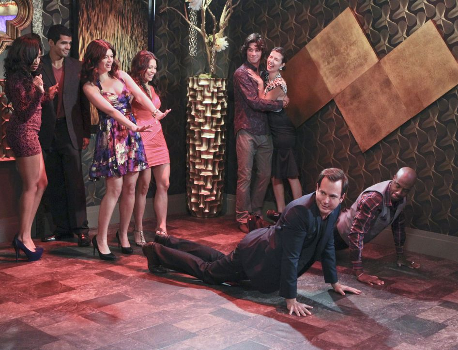 Im Club lernen Nathan (Will Arnett, M.) und Ray (J.B. Smoove, r.) die süße Beth (Casey Wilson, 3.v.l.) und die attraktive Leah (Ginger Gonzaga, 4.... - Bildquelle: 2013 CBS Broadcasting, Inc. All Rights Reserved.