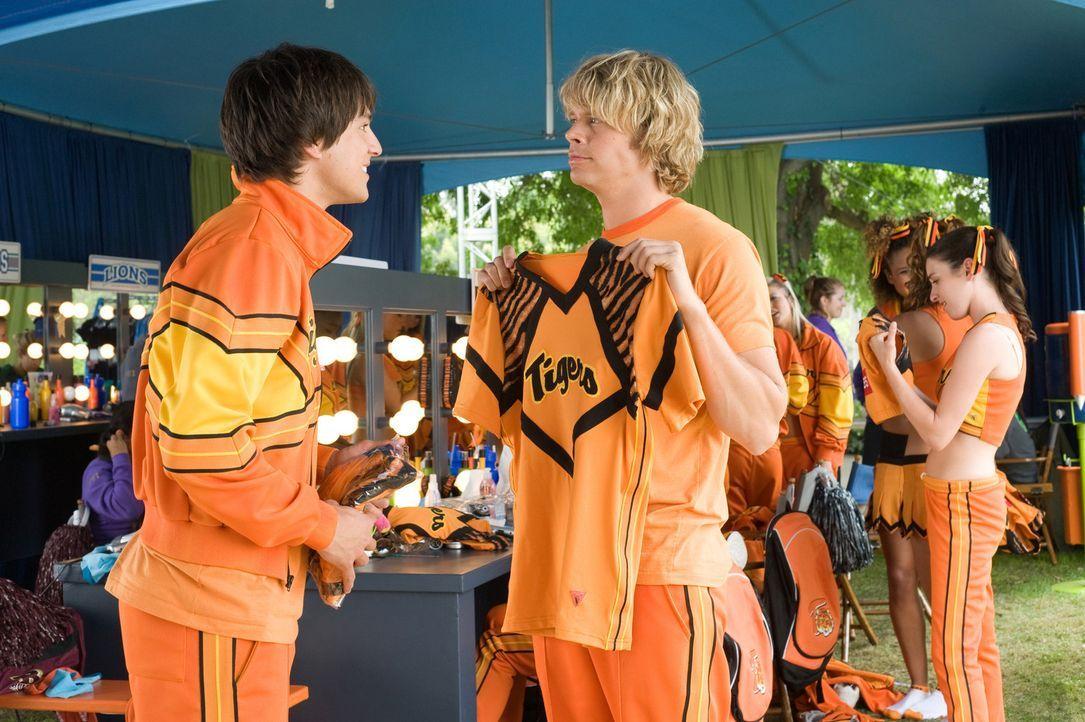 Shawn Colfax (Nicholas D'Agosto, l.) und Nick Brady (Eric Christian Olsen, r.) sind die Stars des Football-Teams der Ford High School. Als sie nicht... - Bildquelle: 2009 Screen Gems, Inc. All Rights Reserved.