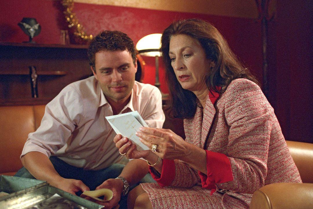 Daniel (André Röhner, l.) und seine Mutter Sybille (Daniela Ziegler, r.) schwören im Andenken an den verstorbenen Vater, dass sie den Laden nicht... - Bildquelle: Sat.1