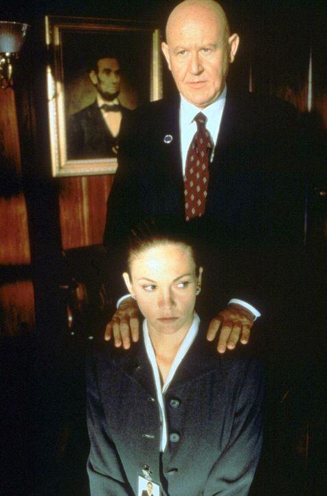 Secret Service-Agentin Nina Chance (Diane Lane, l.) wird von ihrem Chef Nick Spikings (Daniel Benzali, r.) auf eine besondere Mission angesetzt. Doc... - Bildquelle: Warner Bros.