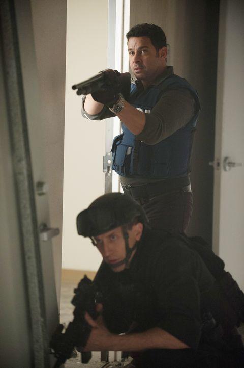 Als die gefesselte Frau vor versammelter Einsatztruppe erschossen wird, merkt Esposito (Jon Huertas, stehend), dass sie in eine Falle getappt sind ... - Bildquelle: Colleen Hayes ABC Studios