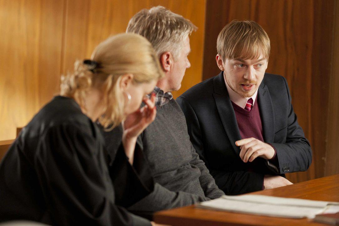 Hannes (Tino Mewes, r.), der gerade ein Praktikum Danni (Annette Frier, l.) absolviert, begleitet sie ins Gericht. Gemeinsam versuchen sie den Fall... - Bildquelle: Frank Dicks SAT.1