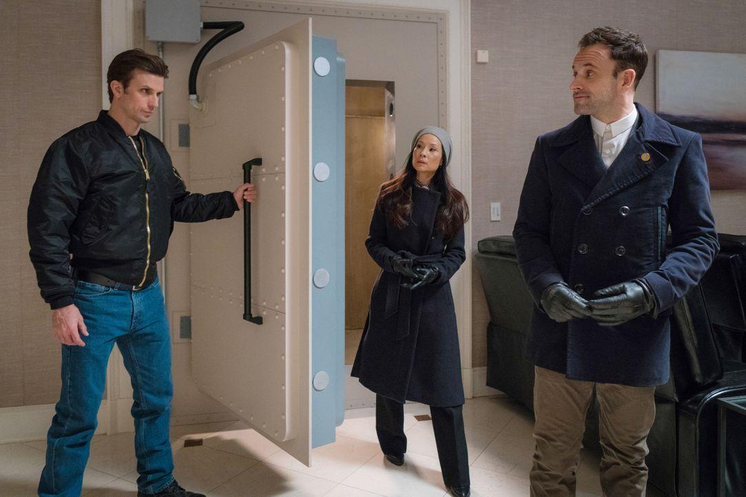 Holmes (Jonny Lee Miller, r.) und Watson (Lucy Liu, M.) bekommen den Auftrag, einen vermissten Arzt zu finden. Ihre Nachforschungen führen sie zu Ro... - Bildquelle: Michael Parmelee 2016 CBS Broadcasting Inc. All Rights Reserved.