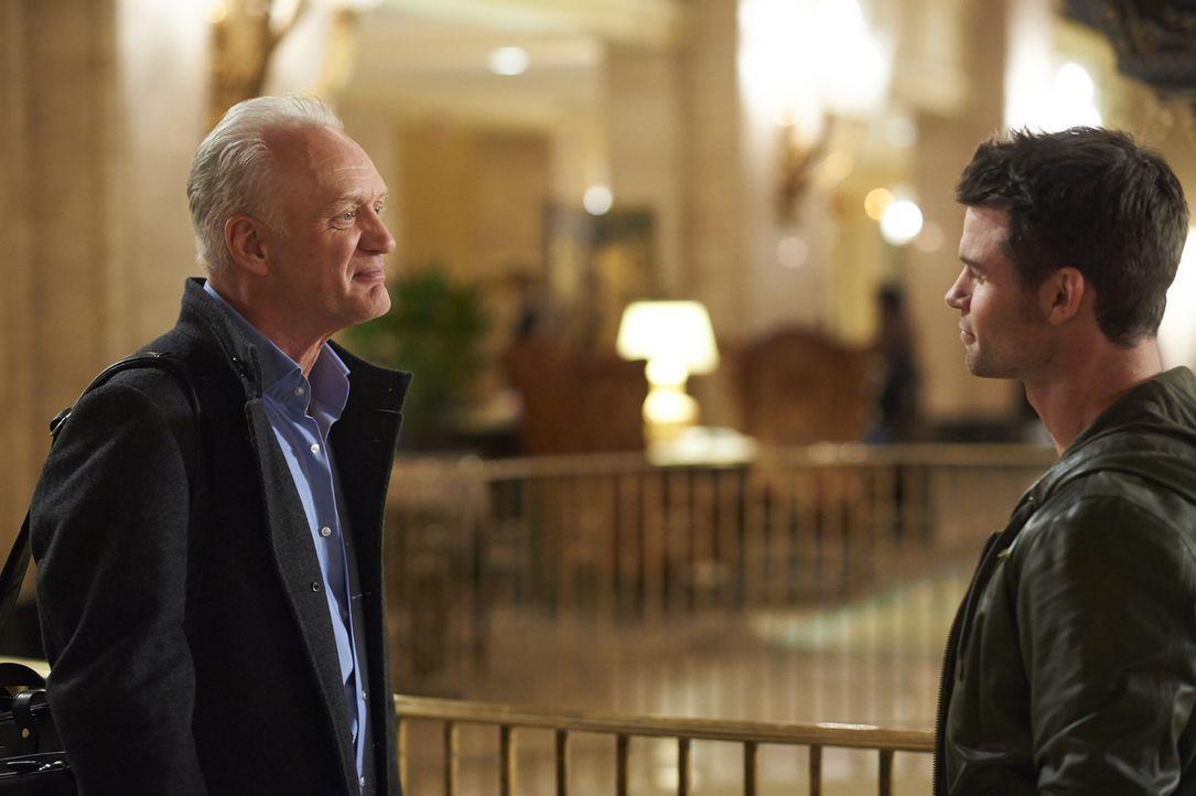 Joel (Daniel Gillies, r.) ist sich sicher, dass sein Vater, Dr. Burt Goran (Nigel Bennett, l.), etwas vor ihm verheimlicht. Wird er Recht behalten? - Bildquelle: Ken Woroner 2014 Hope Zee Three Inc.