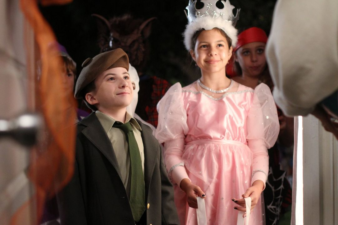 Brick (Atticus Shaffer, l.) ist stolz auf sein individuelles Kostüm. Nur leider erkennt niemand, wen der denn darstellen möchte ... - Bildquelle: Warner Brothers