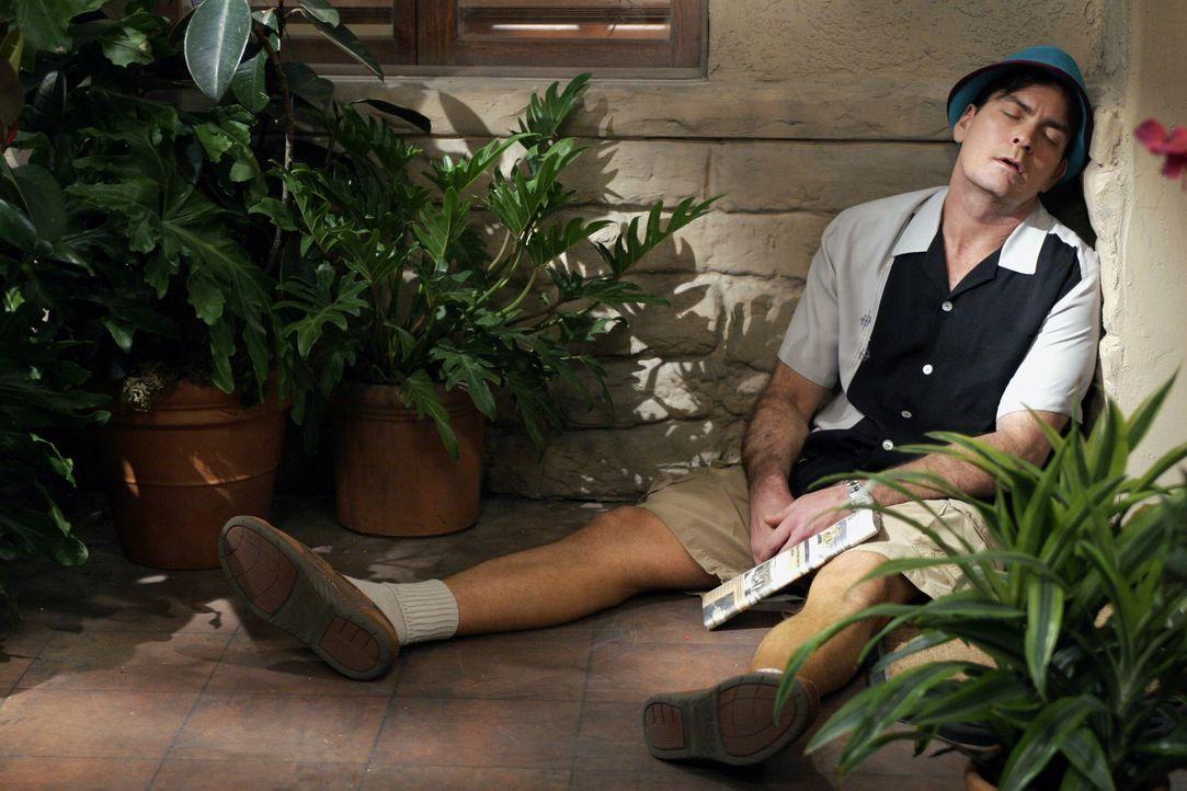 Charlie (Charlie Sheen) versucht, sich mit exzessivem Glücksspiel, Alkohol und vielen Frauen darüber hinwegzuhelfen, dass er die Hochzeit mit Mia... - Bildquelle: Warner Brothers Entertainment Inc.