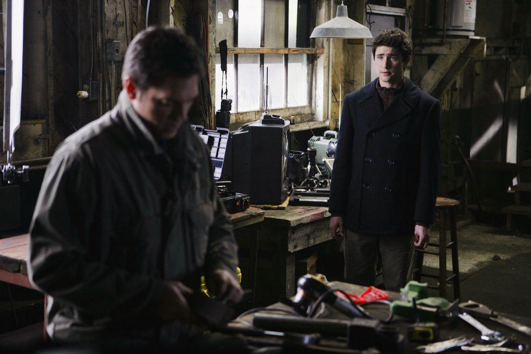Auch Kyle (Matt Dallas, hinten) weiß nicht, dass Tom Foss (Lea Nicholas, vorne) das Geheimnis über seine wahre Identität kennt ... - Bildquelle: TOUCHSTONE TELEVISION