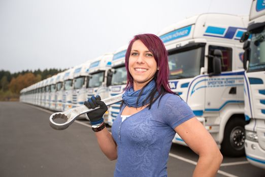 Trucker Babes - 400 PS in Frauenhand - Katrin fährt noch nicht lange LKW, abe...