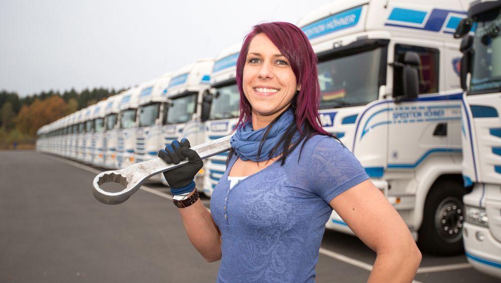 Katrin fährt noch nicht lange LKW, aber da alle Männer in ihrer Familie Truc... - Bildquelle: kabel eins