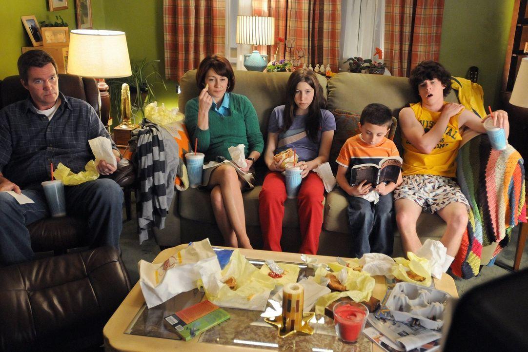 Führen ein ganz besonderes Leben: Mike (Neil Flynn, l.), Sue (Eden Sher, M.), Axl (Charlie McDermott, r.), Brick (Atticus Shaffer, 2.v.r.) und Frank... - Bildquelle: Warner Brothers