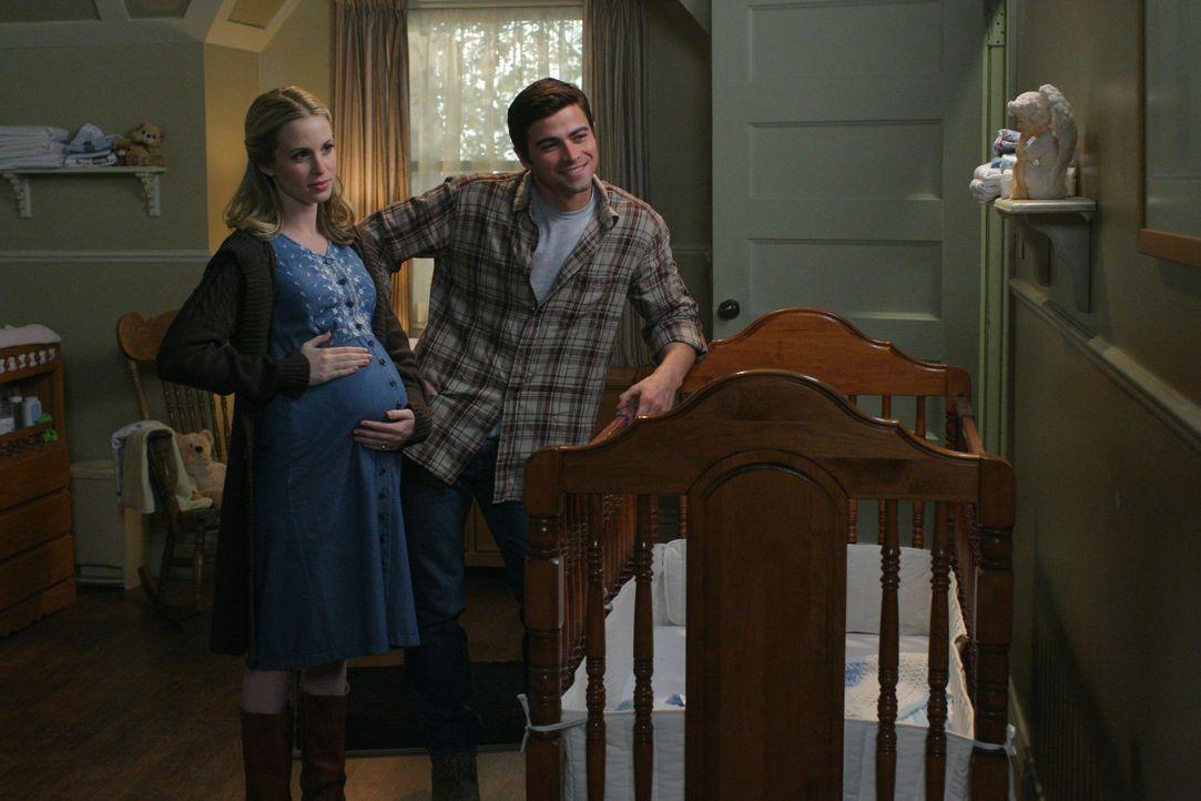 Da Anna nicht die Macht hat, Sam zu töten, macht sie eine Zeitreise in die Vergangenheit, um Sam und Deans Eltern (Amy Gumenick, l. und Matt Cohen,... - Bildquelle: Warner Bros. Television