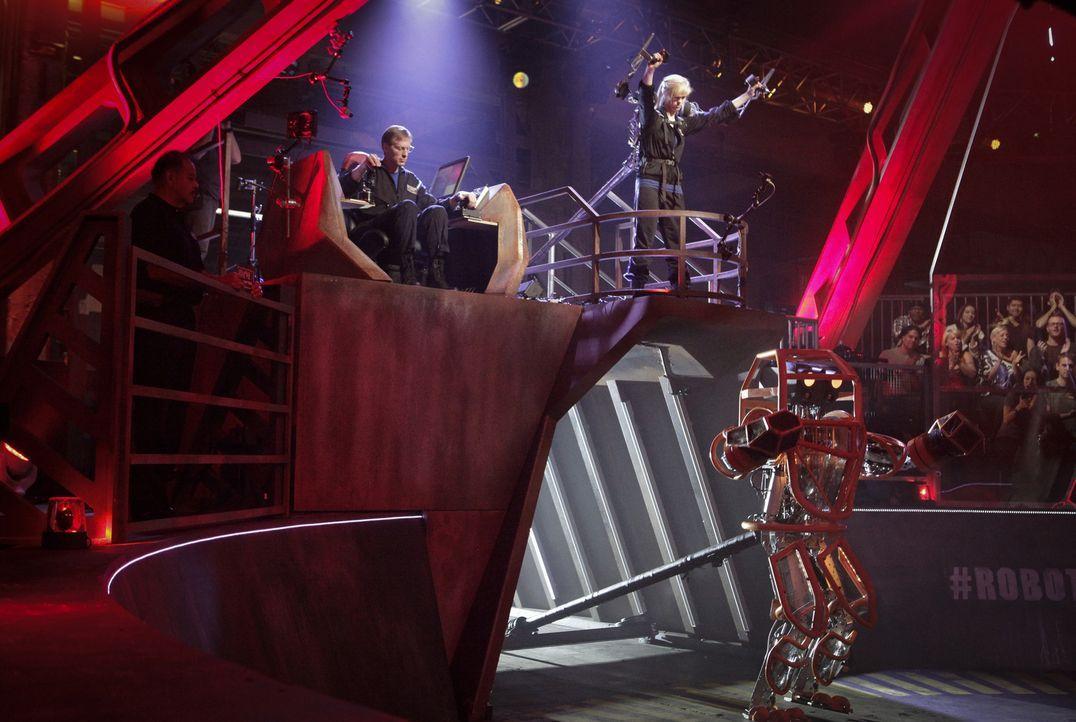 Haben sie genug Power, um das gegnerische Team und damit deren Roboter zu besiegen? Dave (l.) und Amber (r.) vom Team Crash ... - Bildquelle: Nicole Wilder 2012 Syfy Media LLC