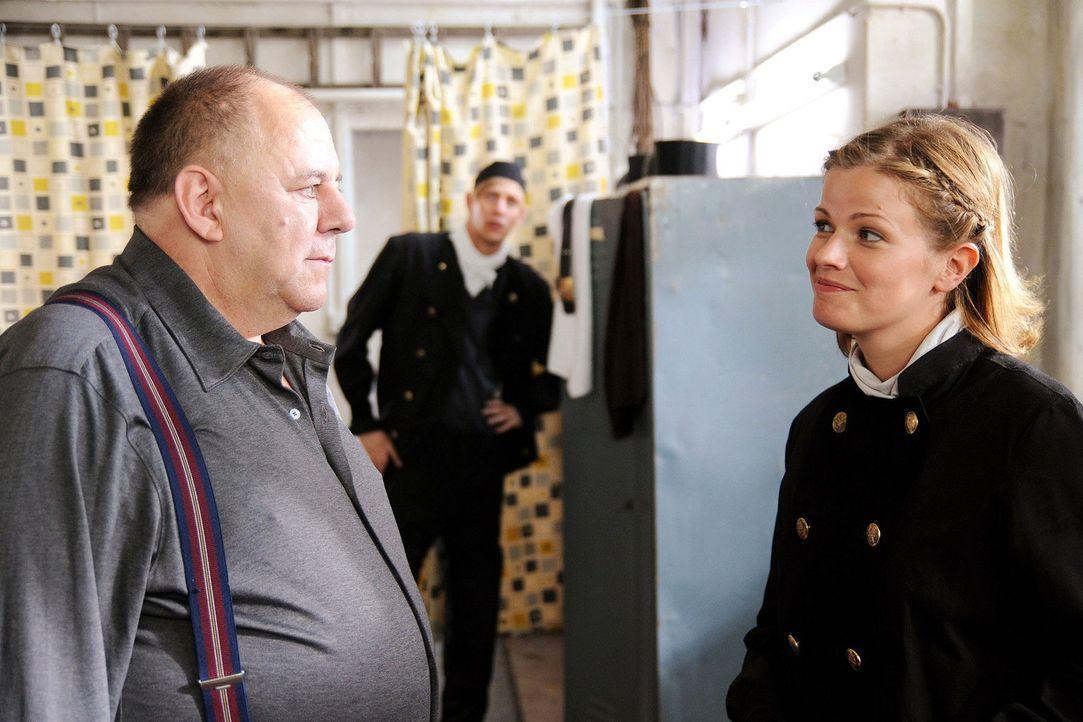 Lillys (Mira Bartuschek, r.) Terminkalender ist voll. Mit ihrem Chef (Hendrik Arnst, l.) spricht sie über die bevorstehende Meisterprüfung ... - Bildquelle: Sat.1