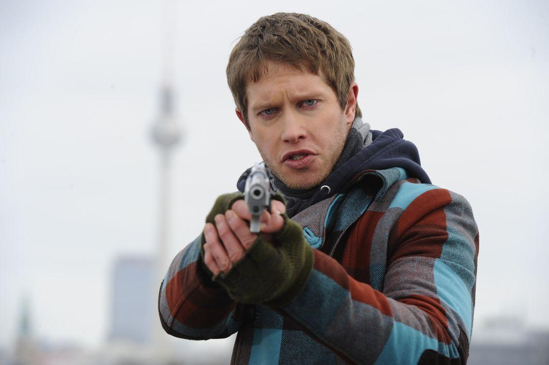 Jojos (Bernhard Bozian) Flucht aus dem Gefängnistransporter ist erfolgreich. Er ist bewaffnet und verfolgt nur ein Ziel: Von Alexander ein Geständ... - Bildquelle: SAT.1