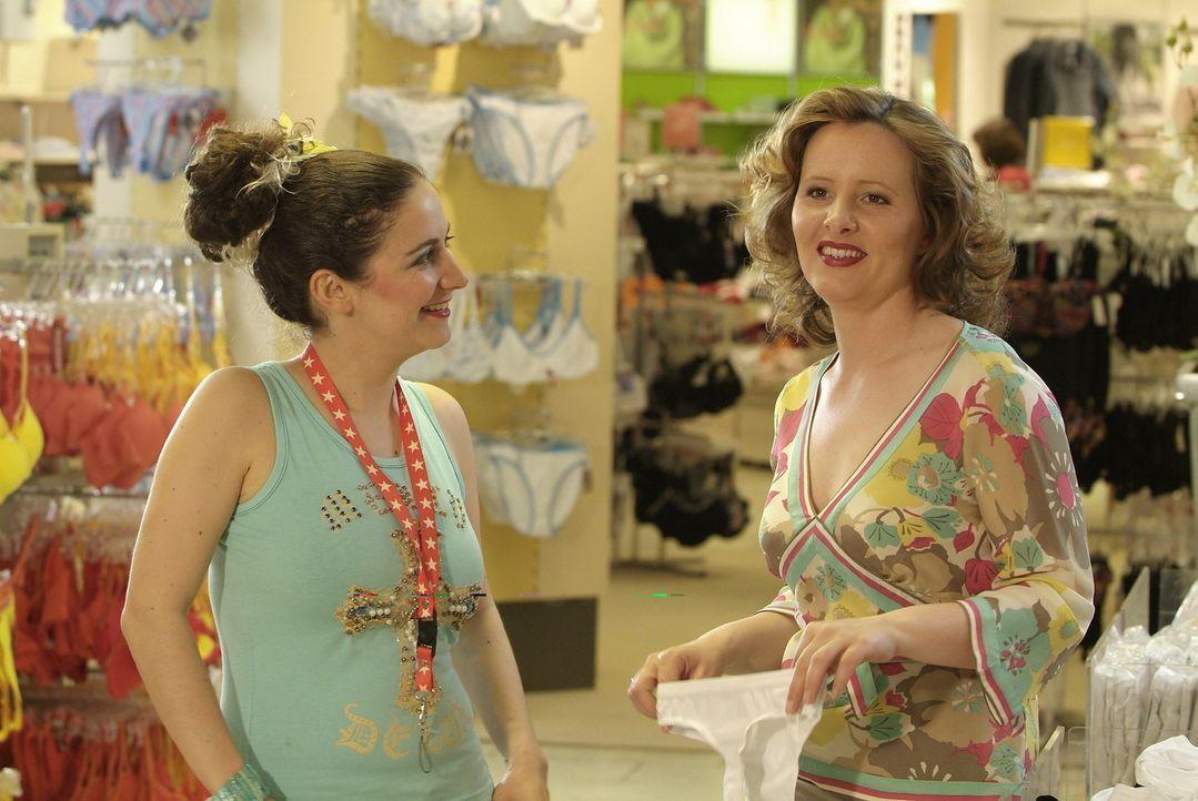 Service am Kunden ist für diese beiden Verkäuferinnen anscheinend kein Thema! Die armen Kunden. (Shirin Soraya (l.) und Nina Vorbrodt (r.)) - Bildquelle: Sat.1
