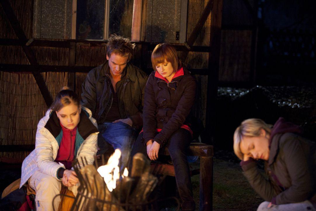 Machen sich Sorgen um Ben und Bea: (v.l.n.r.) Caro (Sonja Bertram), Ronny (Frederick Heidorn), Sophie (Francizka Friede) und Emma (Kasia Borek) ... - Bildquelle: SAT.1