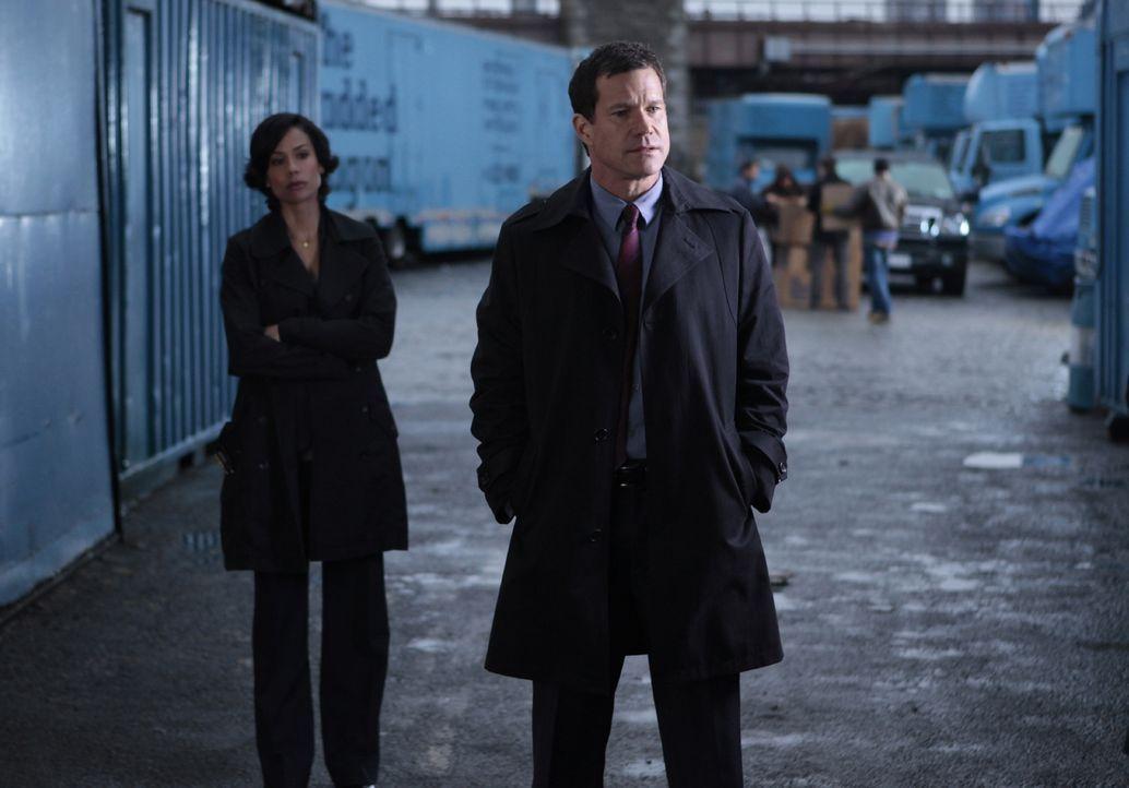 Müssen einen Mordfall aufklären: Al Burns (Dylan Walsh, r.) und Nina Inara (Daya Vaidya, l.) ... - Bildquelle: 2011 CBS Broadcasting Inc. All Rights Reserved.