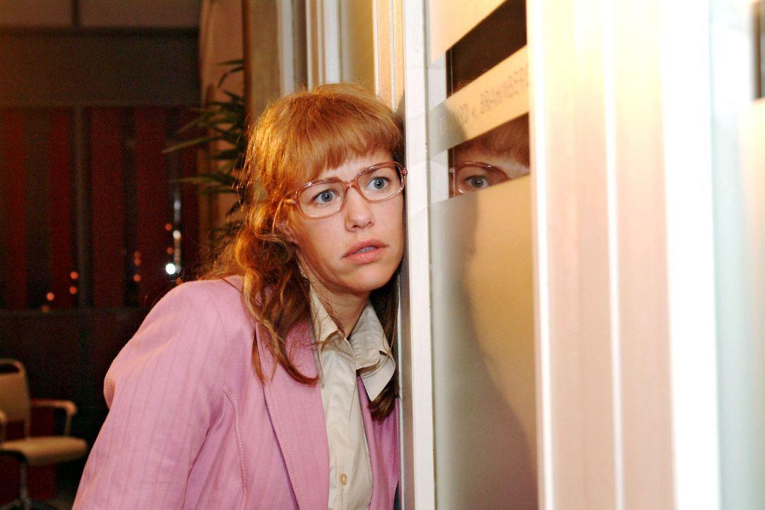 Lisa (Alexandra Neldel) traut ihren Ohren nicht, als sie Richard und Viktor belauscht ... (Dieses Foto von Alexandra Neldel darf nur in Zusammenhang... - Bildquelle: Monika Schürle Sat.1