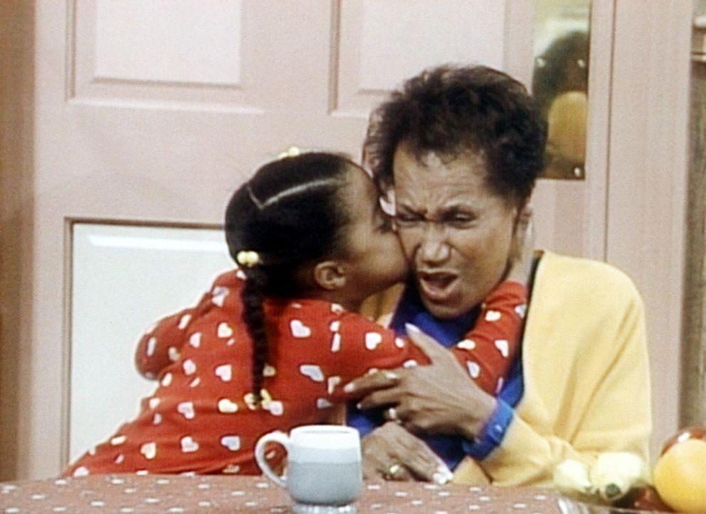 Rudy (Keshia Knight Pulliam, l.) ist begeistert von ihrer Oma Anna (Clarice Taylor, r.). - Bildquelle: Viacom